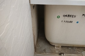 浴槽エプロン内側のカビ取りの施工前画像